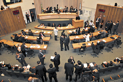 15/12/2011. Crédito: Marcelo Ferreira/CB/D.A Press. Brasil. Brasília - DF. Movimentação de deputados durante sessão de encerramento das atividades plenárias de 2011, na Câmara Legislativa do Distrito Federal - CLDF.
