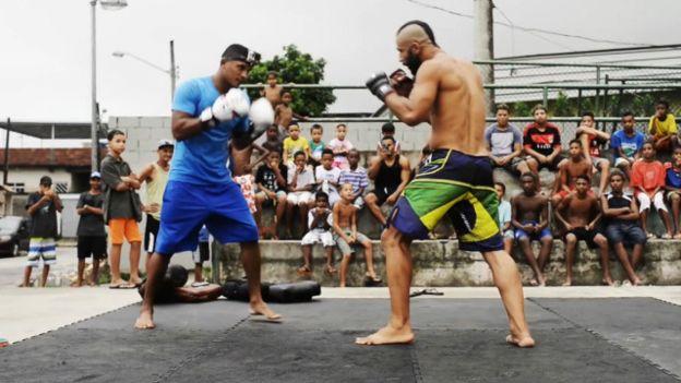 O lutador de MMA Jorginho Filho desenvolve projeto social para crianças em favela do Rio de Janeiro