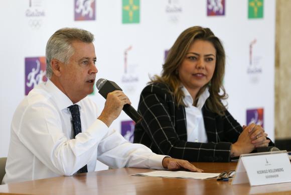 O governador do Distrito Federal, Rodrigo Rollemberg, e a secretária de Esportes, Turismo e Lazer, Leila Barros, anunciam o percurso da tocha olímpica em Brasília
