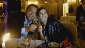 Sérgio Cabral e Adriana Ancelmo jantam em Paris enquanto ela exibe anel da grife Van Cleef & Arpels, de valor de R$ 800 mil reais.