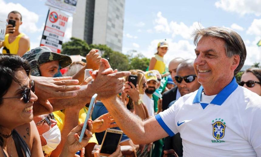 Bolsonaro cumprimenta manifestantes em Brasília